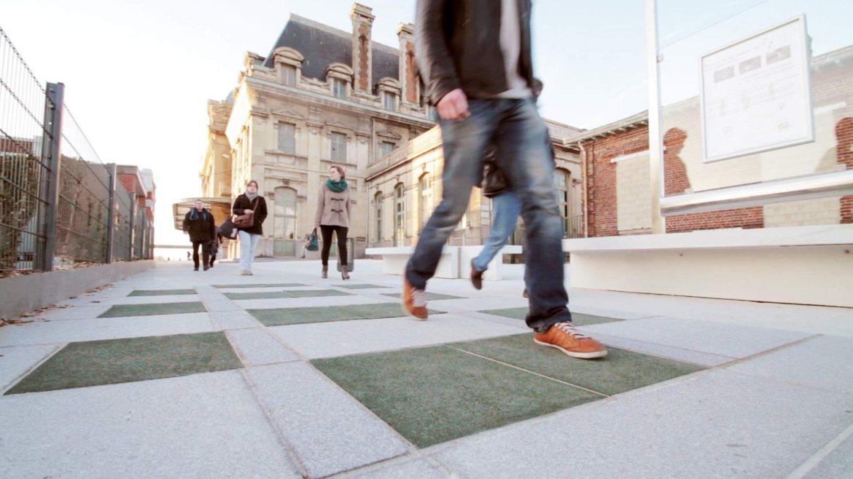 Avete mai sentito parlare di piastrelle smart che producono energia solo camminandoci sopra?