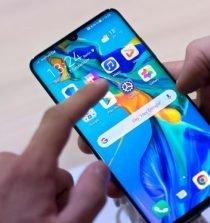ein messebesucher probiert ein huawei smartphone aus archivbild der chinesische hersteller wird immer wieder mit spionagevorwuefen konfrontiert